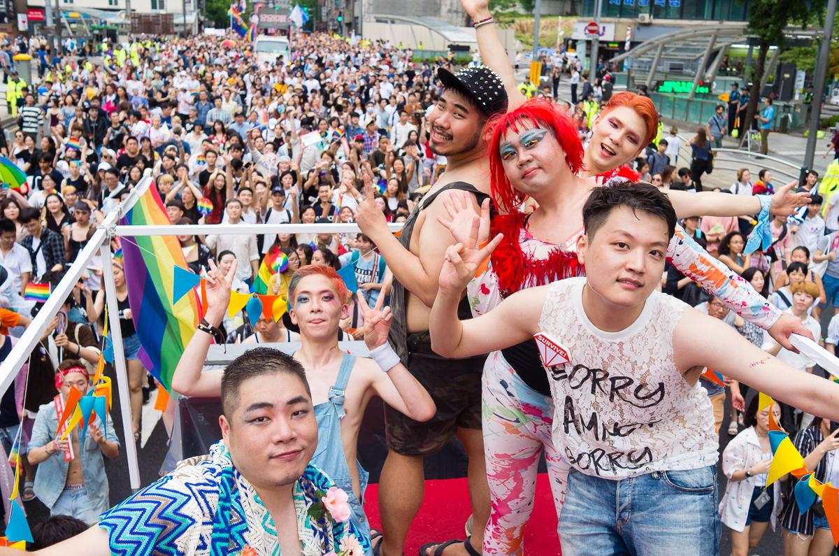 퍼레이드가 끝나기 직전 서울시청광장으로 들어오는 인파들과 친구사이 트럭 위의 회원들.