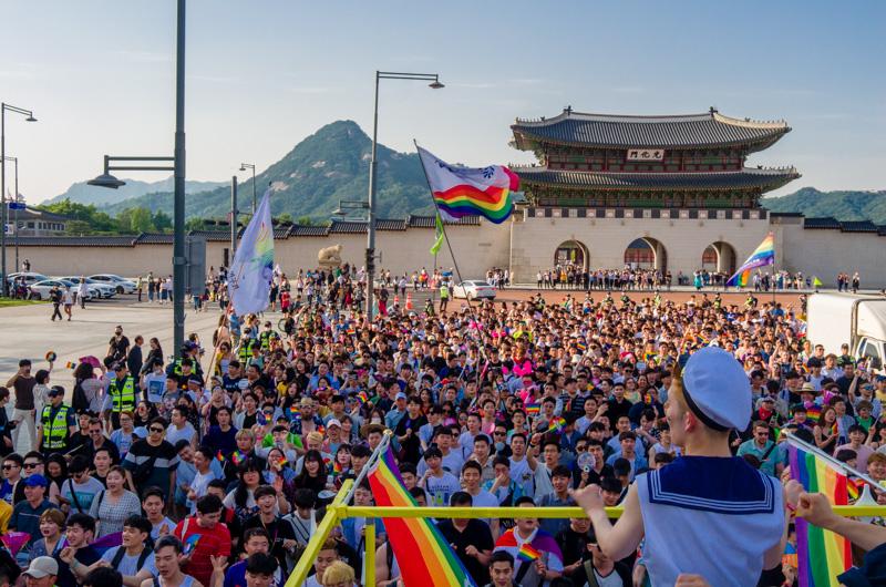서울퀴어퍼레이드 중 광화문을 도는 친구사이 트럭과 행렬들.