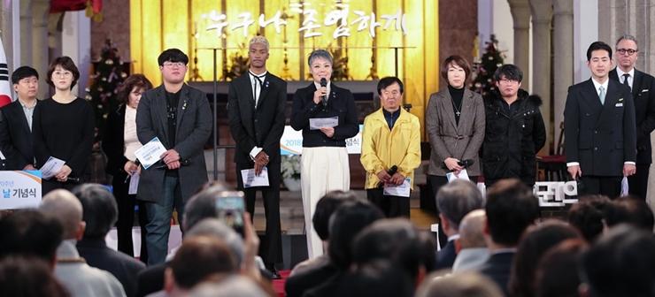 세계인권선언문 낭독하는 시민사회 대표들.