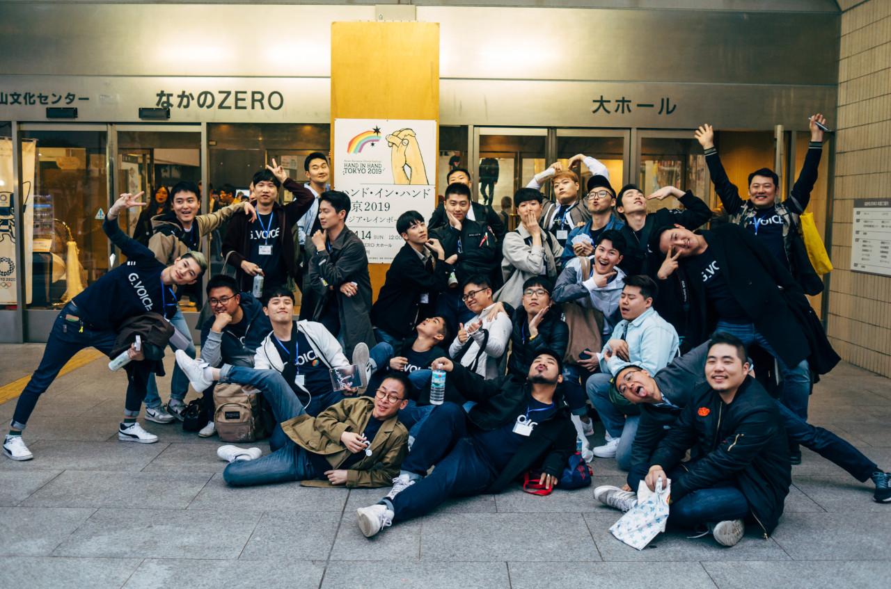 도쿄 나카노홀 앞 지보이스의 단체사진.