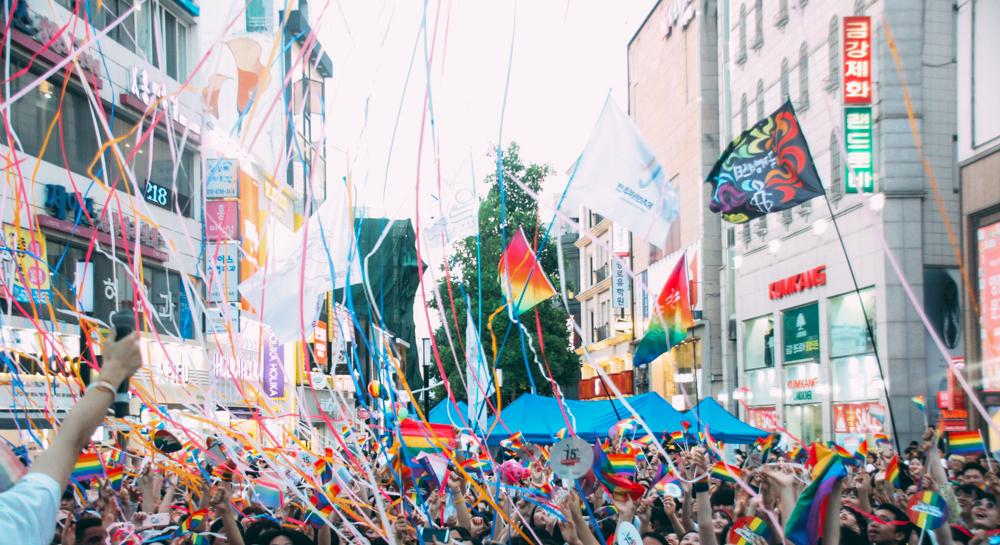 대구백화점 앞 야외무대에서 축제에 참가한 단체의 깃발과 무지개들이 하늘을 뒤덮은 모습이다. .