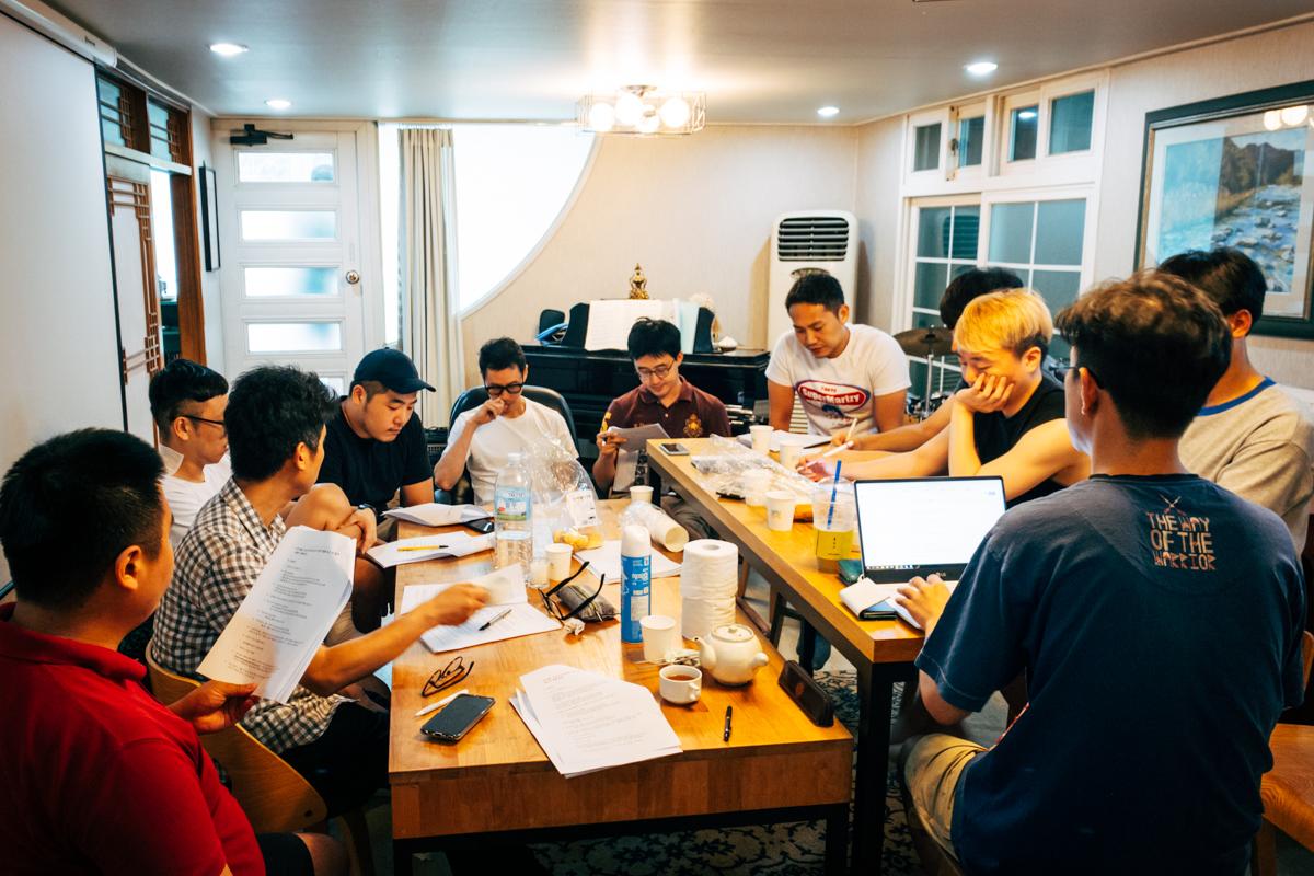 회의에 임하고 있는 운영위원들의 모습.